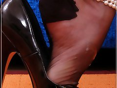 Angel gives a guy a olustful footjob in genuine stockings