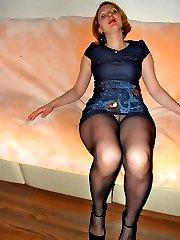 Amateur girls posing in her pantyhose
