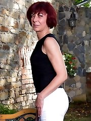 Horny mature lady playing with herself in the garden