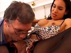 Shemale fucks a daddy and cums in her glasses