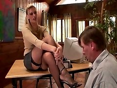 Therapist in fishnet stockings gets her feet worshiped
