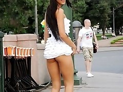 Flashing upskirt booty in the street