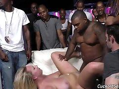 לבן אשתי זיין על ידי שחורים במועדון מול בעלי