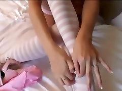 Glamour dziewczyna w pończochy rozbiórki na jej łóżku