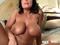Lisa Ann like to play with her pussy