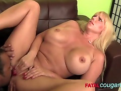 MILF gets pussy sucked