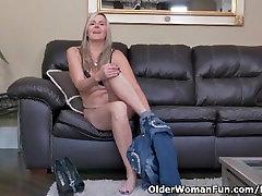 Canadian milf Velvet Skye slowly rubs her mature pussy