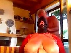 Fumar esposa-esclavo atado a una silla, con capucha, amordazado y follada en la esclavitud