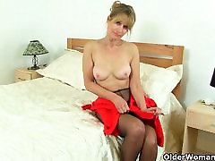 UK milf Ila Jane rips holes in her pantyhose