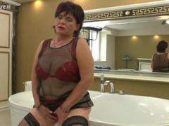 Amateur mature mother masturbate in bath