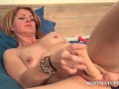 Pussy masturbation with sexy mature