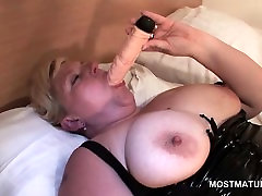 Nagy mellek érett maszturbál, hatalmas dildó