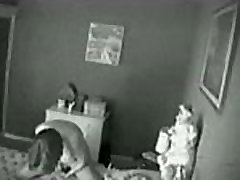 Rejtett kamera. Anyám maszturbál az ágyon
