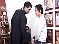 Padre d&aacute DURO em coroinhas Priest fucks altar boys