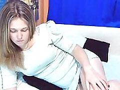 Брюнетка шлюха с трусиками сосет дилдо на вебкамеру - GirlTeenCams.com