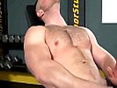 Bottom stud works his gay mucle during his work out