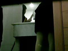वीडियो के साथ लड़कियों पर पेशाब शौचालय में एक जासूस वाला कैमरा
