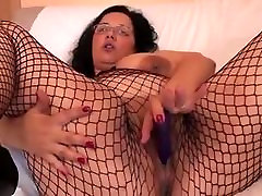 BRUNETTE MOMMY PENETRATE HER OWN HER HOLE