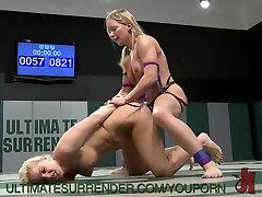 2 blond Amazons battle, size doesnt matter