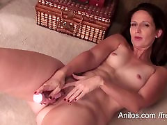 Amateur milf with big ass makes herself cum