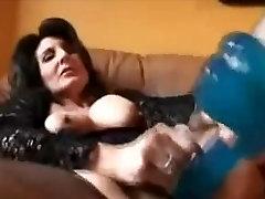 Raguotas didelis nippled brandus masturbates su dildo